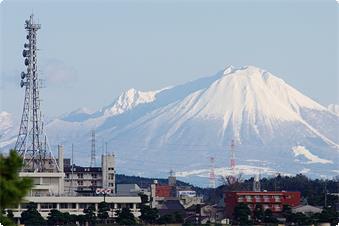 空気の澄んだ季節は、宍道湖越しに雄大な大山(だいせん)の姿も。当館から徒歩1分の宍道湖の岸より。