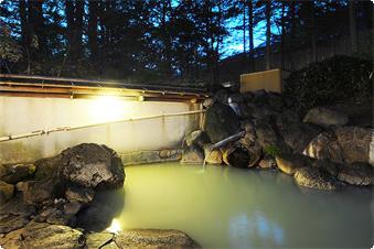 露天風呂からは四季折々の風景をお楽しみいただけます。冬は雪見露天風呂をお楽しみいただけます。