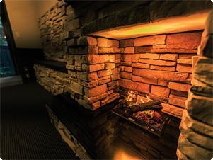 余裕のある室内には石造りの暖炉(イミテーション)をそなえ、落ち着いた大人の雰囲気。