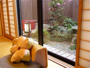 鹿鳴山荘露天風呂付き和室 梅の間です。露天風呂は赤い陶器の湯船 庭にはお部屋の名前にちなみ紅梅の木が植えられています。早春になると紅梅が、馥郁と薫ります。
