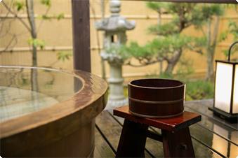 鹿鳴山荘【松】露天風呂、このお部屋のお風呂は桧のお風呂です。