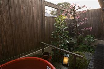 鹿鳴山荘【梅】露天風呂、このお部屋は赤い陶器のお風呂です。