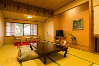 本館西 トイレ付和室【皐月】のお部屋です。窓の外は奈良公園の緑がいっぱいです。小鳥のさえずりも時折聞こえてまいります。