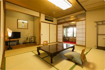 本館西トイレ付和室【楓】窓の外は奈良公園の緑が広がります。時折小鳥達の水浴びする姿を見ることもあります。