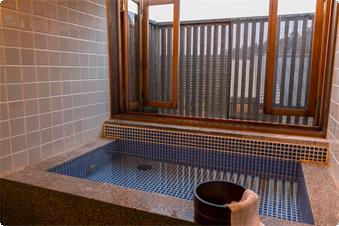 鹿鳴山荘【あやめ】のお風呂です。レトロなタイルの浴槽がロッジ風なお部屋の雰囲気にマッチしたお部屋です。