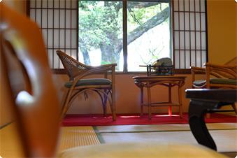 本館西トイレ付和室「皐月」窓の外は奈良公園の緑がいっぱいのお部屋です。