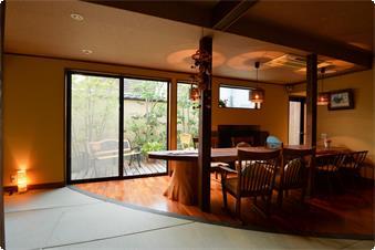 別館「鹿鳴山荘」ラウンジです。ご到着時にはこちらでお抹茶と手作り和菓子をご用意させて頂きます。またセルフになりますが挽きたてコーヒーのご用意もございます。お部屋やオープンテラスでご自由にお楽しみ頂けます。