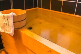 本館【明日成】内風呂 古代檜で作られたお風呂です。ほのかに感じられる檜の香りで癒されます。