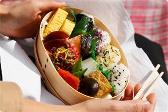 お天気の良い日は若草山でお弁当の朝食もご用意致します。