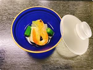 夏の会席料理 蓋物の一例  (子芋、冬瓜、車海老、オクラ)