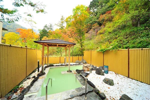 10月上旬から11月上旬にかけての紅葉の時期は様々な色合いに染まった山肌を見ながらの温泉をお楽しみいただけます