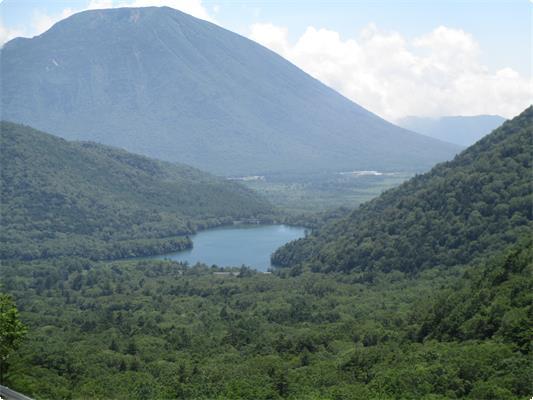 金精峠からは男体山とその手前にある湯の湖が眺望できます。