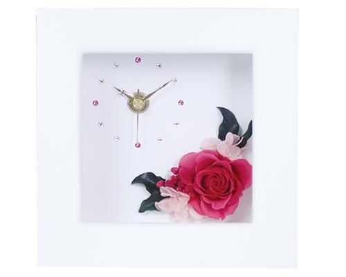 プリザーブドフラワーがウッドフレームの中にアレンジされており、文字盤はきらりと光るラインストーンが施されおしゃれで素敵な花時計です。 ※プリザーブドフラワーは自然の花を加工しておりますので、色・風合いは写真と異なる場合がございます。  商品タイプ  置・壁掛用 商品サイズ  品寸:W140×D80×H140mm  箱寸:W155×D90×H155mm  材質:木製・ガラス・時計  ガラス面にサンドブラスト加工でメッセージをお入れすることもできます。 サンドブラスト加工をご希望される場合はご入用となる日の1か月前迄に詳細のお打ち合わせを完了できるようにご相談ください。 サンドブラスト加工につきましてはメッセージの文字数や加工面積により金額が異なりますので都度お見積りとさせていただきます。
