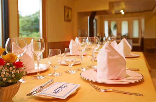 明るいレストランと優雅なテーブルセッティング
