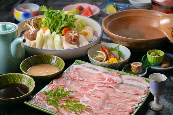 姫路のブランド豚、桃色吐息を使った大人気の温泉鍋。 さっぱりした脂が特徴で女性にも大人気でございます。