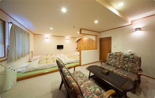 2~4名様用のお部屋 【喫煙室】 10畳の畳スペースと8畳のソファースペースがあります。