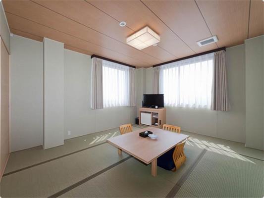 本館和室10畳のお部屋です。 ナチュラルな木の質感と落ち着いた色調のお部屋でごゆっくりおくつろぎ下さい。