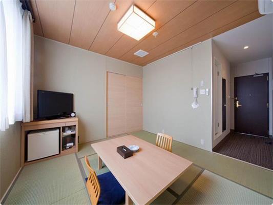 本館和室8畳のお部屋です。 ナチュラルな木の質感と落ち着いた色調のお部屋でごゆっくりおくつろぎ下さい。