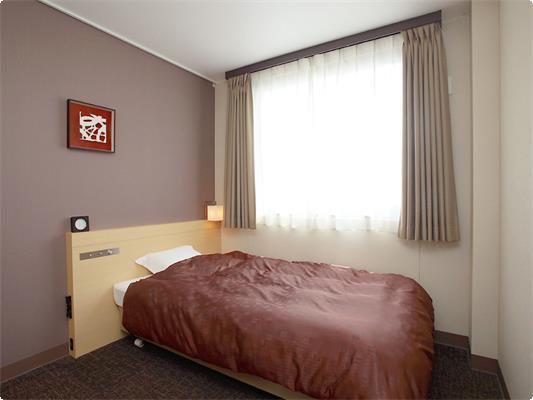 本館洋室ダブルのお部屋です。 ビジネスユースに強い味方! 全室有線LAN完備。 高級ベッドを用意し、疲れた身体を優しく包みます。