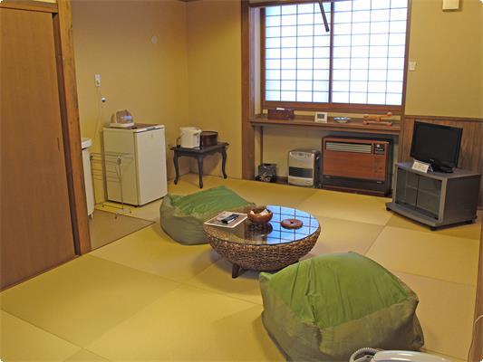 2017年3月に内装をリニューアル! 琉球畳を敷いたモダンな和室に生まれ変わりました。別棟2F和室です。間取りは和洋室(8帖サイズ)+トイレ。