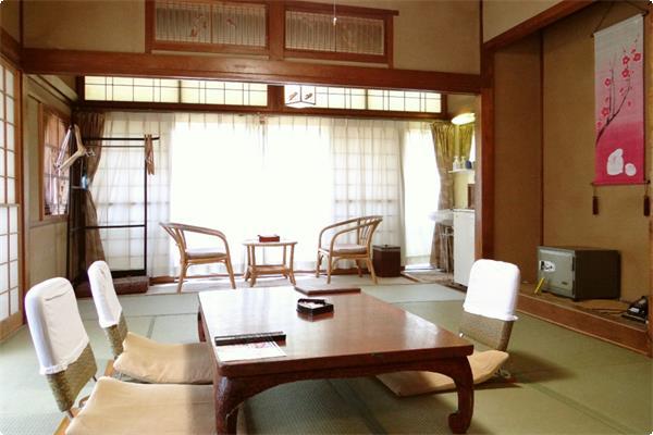 宝川沿いの眺望がよいお部屋(バス・トイレなし) 全4室(2階3室・1階1室)エレベーターはございませんので、1階にお泊まりの方は階段をご利用いただきます。
