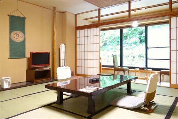 玄関上にある山側客室で宝川沿いではございません。