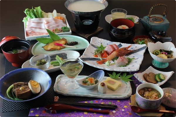 秋田の食材をふんだんに使った夕食の一例です