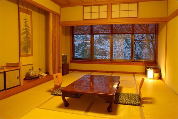 写真は3階 「山吹」  眺めの良い 和風旅館らしい客室です。