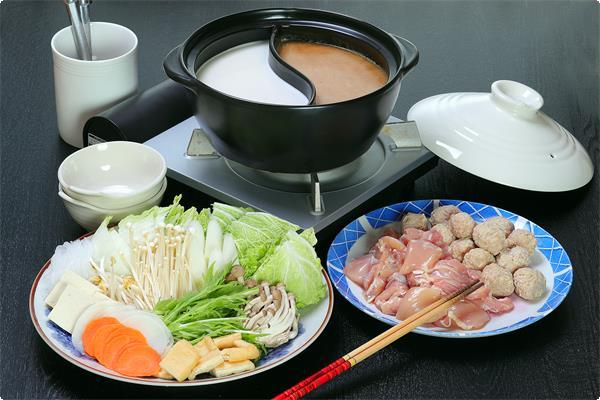 2種類のスープを選べる【鶏鍋】【1泊2食付プランにお申し込みの方の1泊目の夕食】