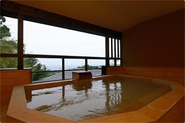 貸切露天風呂「琥珀の湯」からは伊豆大島が絶景です。冬はこの方角から朝日が昇ります。