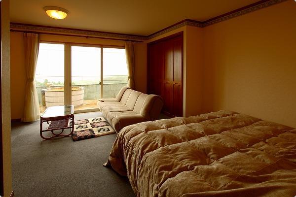 ツインの特別室からバルコニーに出れば絶景の檜の露天風呂が独り占め。