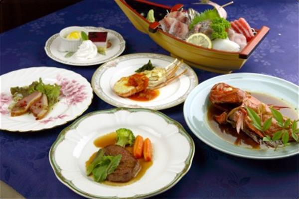 和洋折衷料理の一例・・・舟盛りと金目鯛の姿には2名様分です。