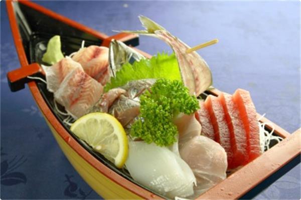舟盛りの例・・・2名様に一台付く地魚を使ったお刺身です。