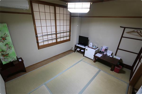 六畳の和室をご用意しております。和室ならではの落ち着きと広々とした室内で、のんびりとした時間をお過ごしください。
