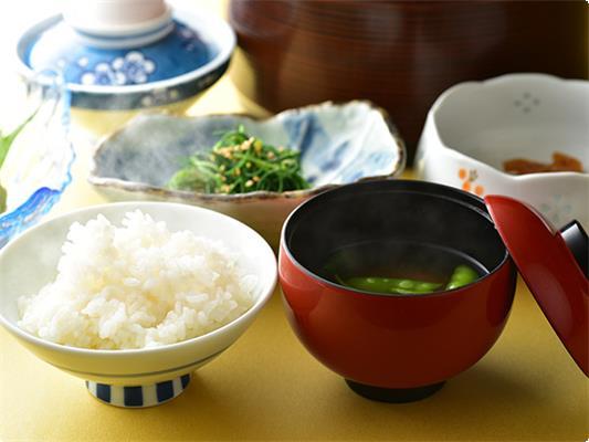 地元産「つや姫」、女将会手作り味噌のお味噌汁など、体がほっこりする和食膳。