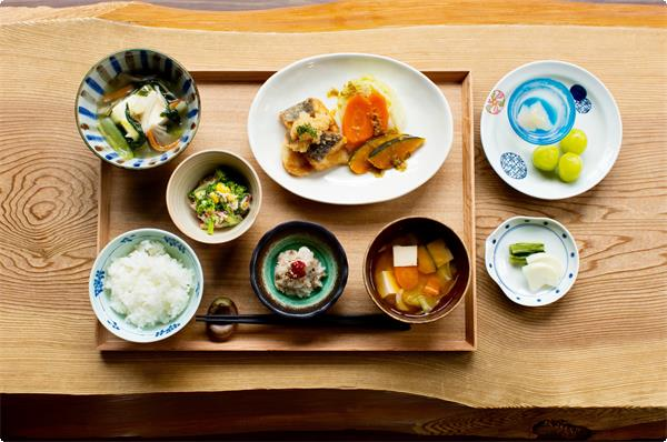 連泊湯治のための現代湯治食、野菜を中心にシンプルな献立を丁寧に仕込みます