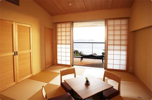 珪藻土と琉球畳の落ち着いた内装の和室です