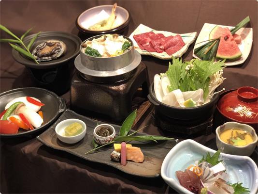 天然クエの釜めしとクエの小鍋、熊野牛すき焼きに鮑の陶板焼きとお造り、天麩羅。夏らしい冷製茶碗蒸しと豪華会席。