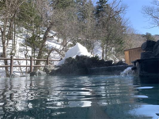 原生林に囲まれた露天風呂からは、川のせせらぎが・・・