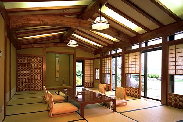 民芸調の設えと丹念に磨かれた柱と梁が格調の高さを際立たせる岩露天風呂付き特別室。