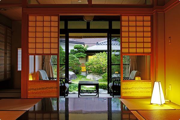 四季折々の緑あふれる日本庭園に面した客室です。客室から宍道湖を眺めることはできませんが、直接出られる日本庭園から宍道湖を眺めることができます。
