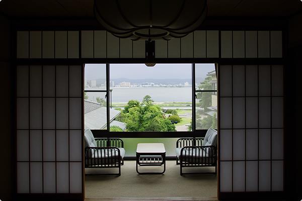 眼下に日本庭園、その先に宍道湖を眺められる客室です。南向きの客室で、夕陽を直接眺めることはできませんが、晴れた日は対岸の山々の燃えるような夕景をお楽しみ頂けます。
