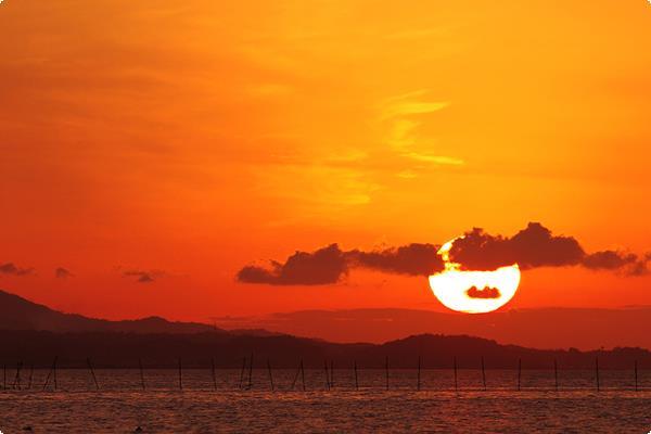 宍道湖のほとりから見る夕陽。当館から宍道湖の岸までは徒歩1分です。