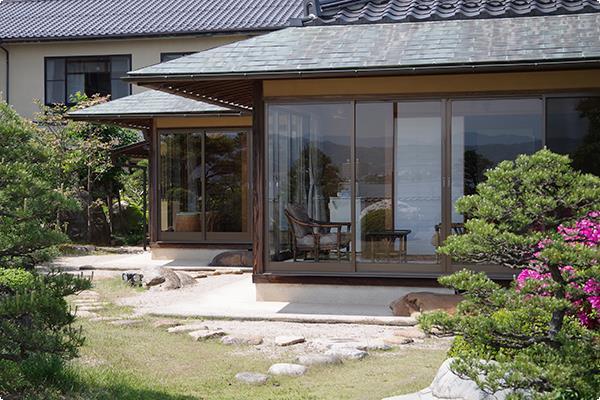 縁側から庭園にお出かけ頂ける離れ客室の外観。