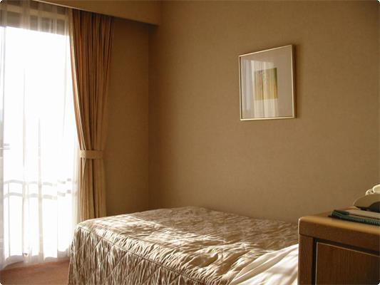 お一人様から安心宿泊。ビジネスホテルタイプのシンプルなシングルルームです。