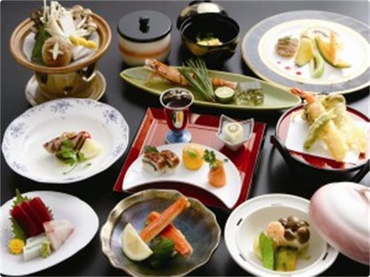 和洋折衷の会席料理(季節ごとに変わる)。写真はおすすめ会席『もみじ』