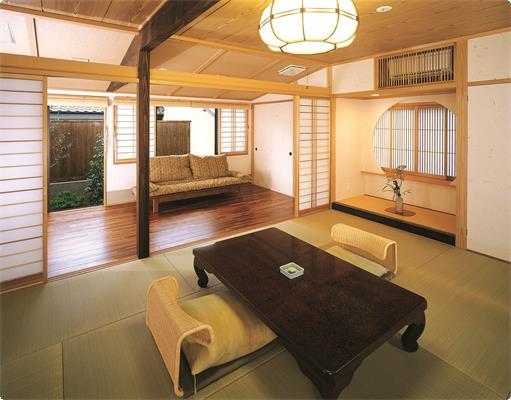 フローリング洋室と畳の和室セットになったお部屋です。お庭にはお部屋にちなんで、四季咲桜が植えられています。お風呂はタイルでちょっとレトロな雰囲気のお風呂です。