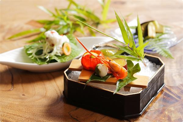 季節会席【夏】料理の一例です。旬の食材鱧や水茄子の漬物など夏の季節を味わって下さい。