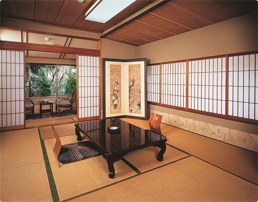 本館西側のトイレ付和室【楓】の間です。しっとりと落ち着いた雰囲気のお部屋で、窓の外は奈良公園、時折つくばいで水浴びをする小鳥の姿を見る事ができます。