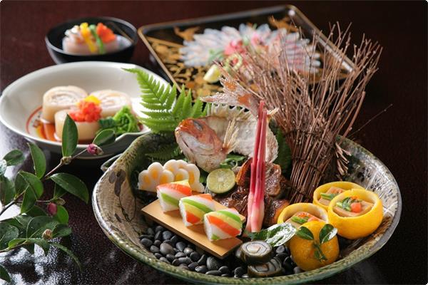 旬の地元食材を取り入れた季節の会席、目で舌で春の季節を味わって下さい。